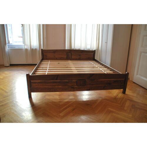 Szundi Judit ágy, mogyoró szín, 140x200-as.